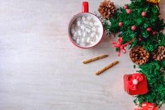 Φλυτζάνι του κόκκινου κακάου σοκολάτας και του κόκκινου κιβωτίου δώρων με το χριστουγεννιάτικο δέντρο στοκ εικόνες