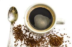 Φλυτζάνι του μαύρου καφέ και ένα κουτάλι σε ένα άσπρο υπόβαθρο στοκ φωτογραφία με δικαίωμα ελεύθερης χρήσης