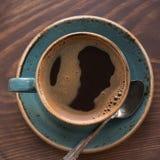 Φλυτζάνι του μαύρου καφέ με το κουτάλι καφέ στον ξύλινο δίσκο Στοκ εικόνες με δικαίωμα ελεύθερης χρήσης