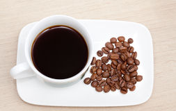 Φλυτζάνι του μαύρων καφέ και των φασολιών Στοκ φωτογραφίες με δικαίωμα ελεύθερης χρήσης