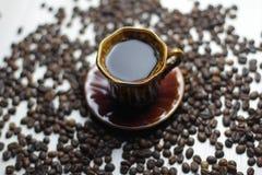 Φλυτζάνι του νόστιμου coffe με ένα υπόβαθρο coffe στοκ φωτογραφίες