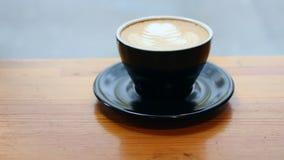 Φλυτζάνι του τηγανιού latte μακριά απόθεμα βίντεο
