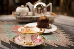 Φλυτζάνι του τσαγιού και φέτα του δοχείου σοκολάτας και τσαγιού Στοκ Εικόνες