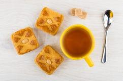 Φλυτζάνι του τσαγιού, κύβοι ζάχαρης, μπισκότα με το αμυγδαλωτό, κουταλάκι του γλυκού Στοκ φωτογραφίες με δικαίωμα ελεύθερης χρήσης
