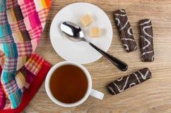 Φλυτζάνι του τσαγιού, πετσέτα, ζάχαρη, κουταλάκι του γλυκού, marshmallow στη σοκολάτα Στοκ Εικόνες