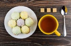 Φλυτζάνι του τσαγιού, πιάτο των μπισκότων με souffle, κουταλάκι του γλυκού Στοκ φωτογραφία με δικαίωμα ελεύθερης χρήσης