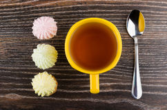 Φλυτζάνι του τσαγιού, των μπισκότων με souffle και των νιφάδων καρύδων, κουταλάκι του γλυκού Στοκ Φωτογραφίες