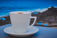 Φλυτζάνι του cappuccino στην ακτή Mosteiros Στοκ φωτογραφία με δικαίωμα ελεύθερης χρήσης