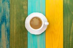 Φλυτζάνι του cappuccino στον πίνακα χρώματος Στοκ φωτογραφία με δικαίωμα ελεύθερης χρήσης