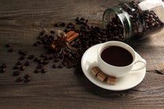 Φλυτζάνι του cofee με τα φασόλια ζάχαρης και cofee Στοκ φωτογραφίες με δικαίωμα ελεύθερης χρήσης