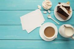 Φλυτζάνι του coffe και του κέικ στον τυρκουάζ αγροτικό πίνακα, τοπ άποψη Στοκ Εικόνες