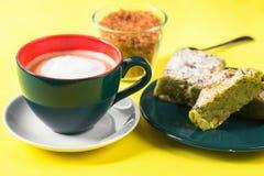 Φλυτζάνι του coffe με τον αφρό γάλακτος, κέικ, ζάχαρη Στοκ Εικόνες