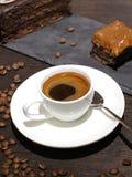 Φλυτζάνι του coffe με το κέικ και τα φασόλια στοκ εικόνα με δικαίωμα ελεύθερης χρήσης