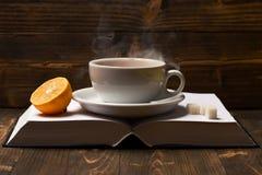 Φλυτζάνι τσαγιού με τον ατμό στις κενές σελίδες βιβλίων Στοκ φωτογραφία με δικαίωμα ελεύθερης χρήσης