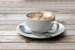 Φλυτζάνι Cappuccino στον ξύλινο slat πίνακα Στοκ Φωτογραφία