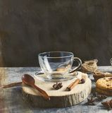 Φλυτζάνι Emply για το τσάι, μπισκότα, κανέλα, γλυκάνισο στο σκοτεινό backgrou Στοκ φωτογραφία με δικαίωμα ελεύθερης χρήσης