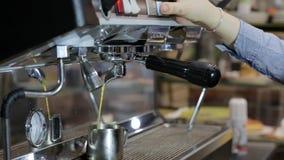 Φλυτζάνι espresso διαδικασίας κατασκευής καφέ και bartender μηχανών καφέ να κάνει το espresso πρωινού φιλμ μικρού μήκους