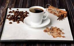 Φλυτζάνι Espresso, φασόλια καφέ, ζάχαρη και κανέλα με το γλυκάνισο σε ένα άσπρο υπόβαθρο στοκ εικόνα