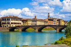 Φλωρεντία ή Φλωρεντία, μια άποψη του ποταμού Arno και η γέφυρα Ponte Santa Trinita στοκ φωτογραφία με δικαίωμα ελεύθερης χρήσης