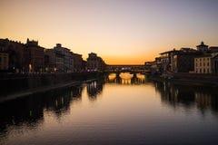 Φλωρεντία, Ιταλία - τον Οκτώβριο του 2017 vecchio της Φλωρεντίας Ιταλία γ& Ποταμός Arno τη νύχτα Τοσκάνη ταξίδι χαρτών ενίσχυσης  Στοκ Εικόνα