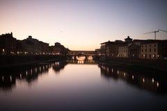 Φλωρεντία, Ιταλία - τον Οκτώβριο του 2017 vecchio της Φλωρεντίας Ιταλία γ& Ποταμός Arno τη νύχτα Τοσκάνη ταξίδι χαρτών ενίσχυσης  Στοκ φωτογραφίες με δικαίωμα ελεύθερης χρήσης