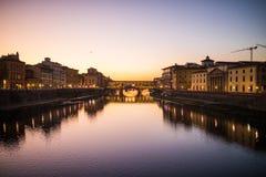 Φλωρεντία, Ιταλία - τον Οκτώβριο του 2017 vecchio της Φλωρεντίας Ιταλία γ& Ποταμός Arno τη νύχτα Τοσκάνη ταξίδι χαρτών ενίσχυσης  Στοκ Εικόνες