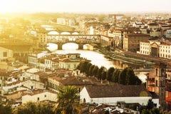 Φλωρεντία με την καταπληκτική γέφυρα Ponte Vecchio, Ιταλία, ακτίνες ήλιων Στοκ εικόνα με δικαίωμα ελεύθερης χρήσης