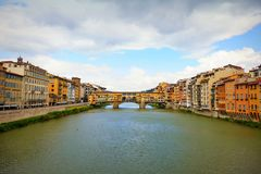 ΦΛΩΡΕΝΤΙΑ, 29,2019 ΙΤΑΛΊΑ-ΑΠΡΙΛΙΟΥ: Το Ponte Vecchio είναι μια διάσημη μεσαιωνική γέφυρα πέρα από τον ποταμό Arno στη Φλωρεντία, στοκ φωτογραφίες