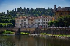 ΦΛΩΡΕΝΤΙΑ, ΙΤΑΛΙΑ †«ÐœÐ  Υ 25, 2017: Ποταμός Arno και διάσημη γέφυρα Ponte Vecchio η παλαιά γέφυρα στην ηλιόλουστη θερινή ημέρ Στοκ Φωτογραφίες