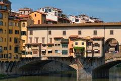 ΦΛΩΡΕΝΤΙΑ, ΙΤΑΛΙΑ †«ÐœÐ  Υ 25, 2017: Ποταμός Arno και διάσημη γέφυρα Ponte Vecchio η παλαιά γέφυρα στην ηλιόλουστη θερινή ημέρ Στοκ φωτογραφίες με δικαίωμα ελεύθερης χρήσης