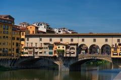ΦΛΩΡΕΝΤΙΑ, ΙΤΑΛΙΑ †«ÐœÐ  Υ 25, 2017: Ποταμός Arno και διάσημη γέφυρα Ponte Vecchio η παλαιά γέφυρα στην ηλιόλουστη θερινή ημέρ Στοκ Εικόνες
