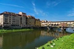 ΦΛΩΡΕΝΤΙΑ, ΙΤΑΛΙΑ †«ÐœÐ  Υ 25, 2017: Ποταμός Arno και διάσημη γέφυρα Ponte Vecchio η παλαιά γέφυρα στην ηλιόλουστη θερινή ημέρ Στοκ Εικόνα