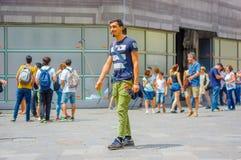 ΦΛΩΡΕΝΤΙΑ, ΙΤΑΛΙΑ - 12 ΙΟΥΝΊΟΥ 2015: Στη μέση της οδού ένα πωλητής ραβδιών selfie στα πράσινα εσώρουχα και το μπλε πουκάμισο Στοκ Εικόνες
