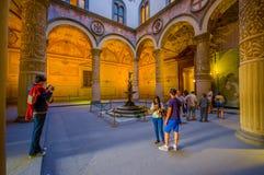 ΦΛΩΡΕΝΤΙΑ, ΙΤΑΛΙΑ - 12 ΙΟΥΝΊΟΥ 2015: Turists που περπατά γύρω από το κύριο ναυπηγείο του παλαιού παλατιού ή Palazzo Vecchio στη Φ Στοκ εικόνες με δικαίωμα ελεύθερης χρήσης