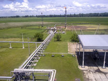 Φλόγα για την καύση του σχετικού αερίου Το τελικό σημείο του συστήματος ανακούφισης πίεσης στη εγκατάσταση πετρελαίου Στοκ Εικόνες