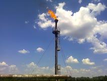 Φλόγα για την καύση του σχετικού αερίου Το τελικό σημείο του συστήματος ανακούφισης πίεσης στη εγκατάσταση πετρελαίου Στοκ εικόνα με δικαίωμα ελεύθερης χρήσης