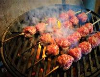 Φλόγα που ψήνει τα κεφτή χοιρινού κρέατος στη σχάρα στοκ εικόνες