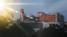 Φλόγα φωτός του ήλιου πέρα από τη εικονική παράσταση πόλης οριζόντων β απόθεμα βίντεο