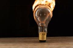 Φλόγες που βγαίνουν από ένα lightbulb στοκ εικόνες με δικαίωμα ελεύθερης χρήσης