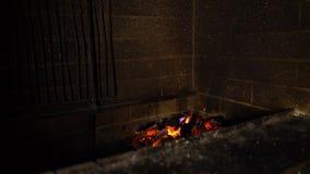 Φλόγες πυρκαγιάς του καψίματος του ξύλου στον παραδοσιακό φούρνο τούβλου στο σκοτάδι απόθεμα βίντεο