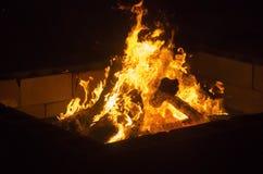 Φλόγες σε μια πυρά προσκόπων σε έναν εορτασμό αποκριών campground στοκ φωτογραφίες