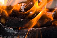Φλόγες της πυρκαγιάς από τον ξυλάνθρακα ως υπόβαθρο Στοκ εικόνα με δικαίωμα ελεύθερης χρήσης