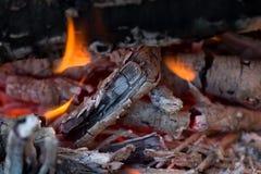 Φλόγες της πυρκαγιάς από τον ξυλάνθρακα ως υπόβαθρο Στοκ Εικόνες