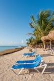 Φοίνικες και ομπρέλες στην παραλία σε Mahahual, Μεξικό Στοκ φωτογραφία με δικαίωμα ελεύθερης χρήσης