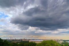 Φοβερά σύννεφα πέρα από το στάδιο Luzhniki Άποψη της Μόσχας από την πλατφόρμα παρατήρησης στους λόφους σπουργιτιών Στοκ εικόνα με δικαίωμα ελεύθερης χρήσης