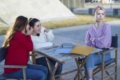 Φοβερίζοντας θύμα που καταγράφεται από τους συμμαθητές στοκ φωτογραφίες με δικαίωμα ελεύθερης χρήσης