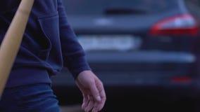 Φοβερίστε αργά να περπατήσει με το ρόπαλο, επικίνδυνος εγκληματικός έτοιμος να επιτεθεί στο θύμα απόθεμα βίντεο