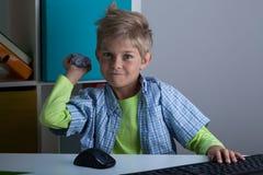 Φοβερίστε το αγόρι στο δωμάτιό του Στοκ εικόνα με δικαίωμα ελεύθερης χρήσης