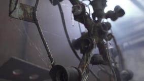 Φοβερός σκουριασμένος πολυέλαιος στο υπόγειο απόθεμα βίντεο