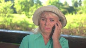 Φοβησμένη γυναίκα με ένα τηλέφωνο απόθεμα βίντεο